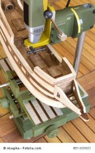 Ein Schiff wird mit einer Modellbaufräse bearbeitet