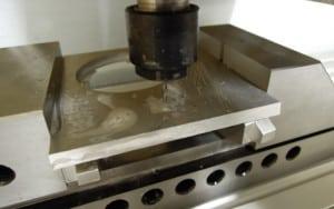 Aluminiumplatte mit Schraubstock eingespannt
