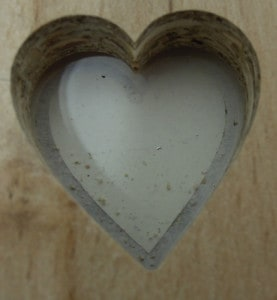 Herz in Spanplatte
